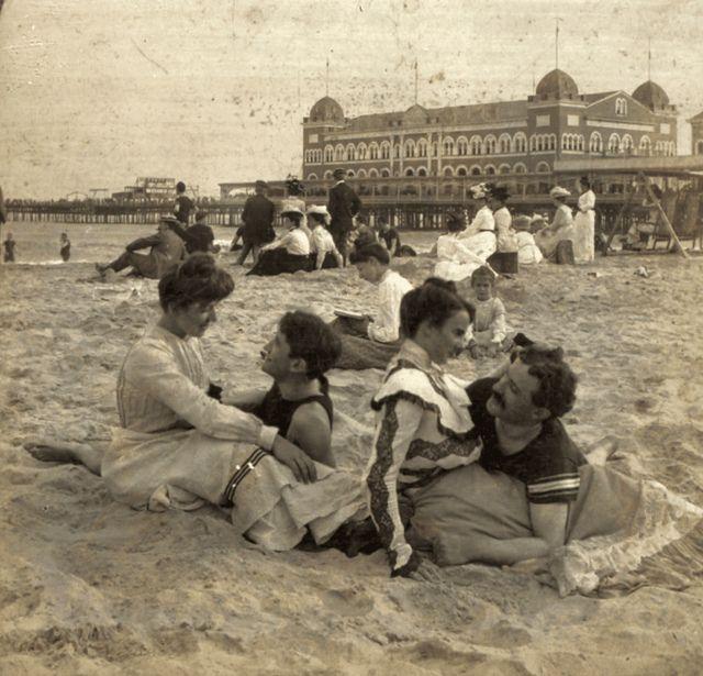 BEACH LIFE: Love at the seaside, 1902